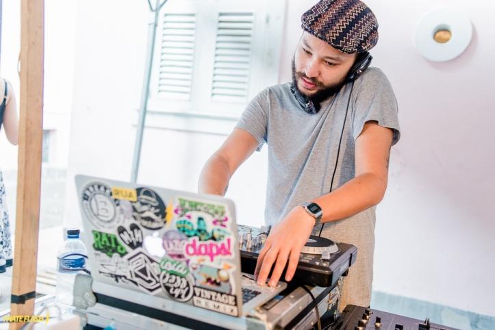 DJ vizinho Andrei Yurevitch, da festa Maine Dansante, é um dos responsáveis pelo som