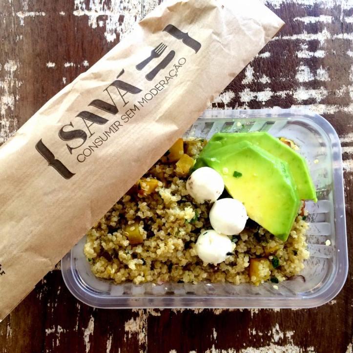Salada de quinoa com batata doce, abacate e queijo de cabra do Savá