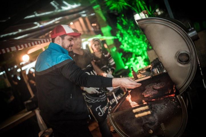 Chef  usa duas churrasqueiras uma à lenha e outra de carvão (Foto: Coletivo Luna)
