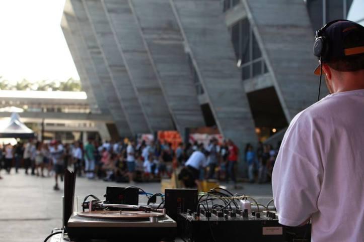 DJ Tamenpi dá o ritmo do evento (Foto: Henrique Madeira)