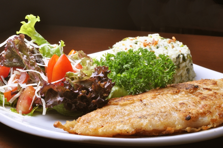 Truta com salada verde e arroz do Terra Brasilis (Foto: Maria Mattos)