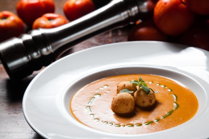 Fratelli_Sopa fria de tomate, cebola e pimentão com croquetes de mozzarella de bufala_crédito Rodrigo Castro (1)