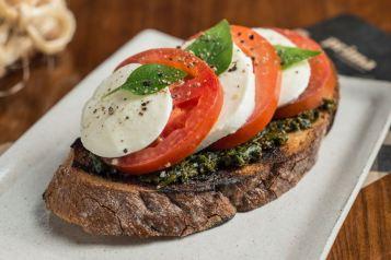 Prima Bruschetteria_ Buschetta Caprese - tomate italiano, mozzarella e pesto de manjericão 2_ Foto de Tomas Rangel