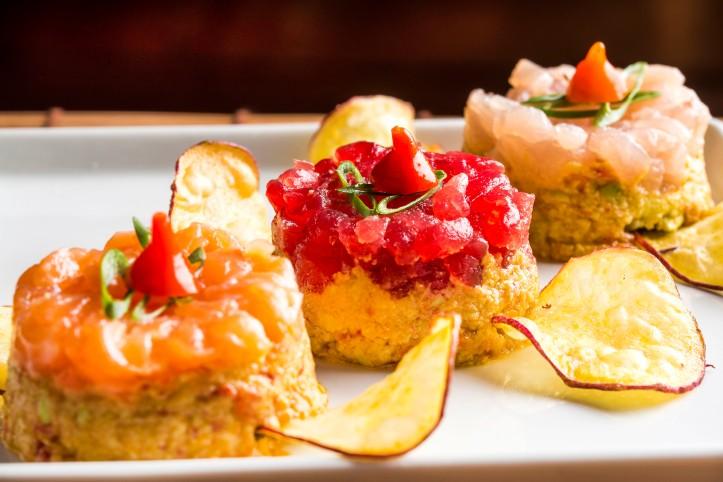 Manekineko - Homus de edamame com trio de peixes e chips de batata doce ...