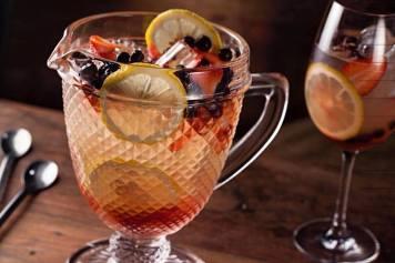 Roose: shrub de morango, vinho branco, cítrus, limão siciliano, morango e Mirtilo