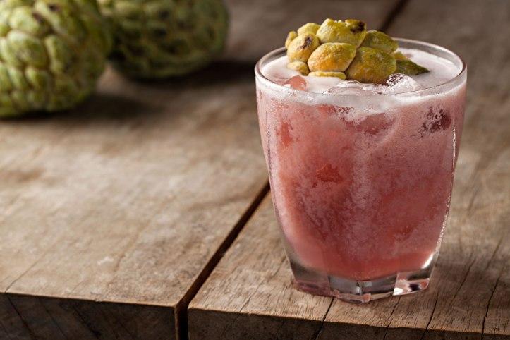 SOBE_Biriba_cachaca, fruta do conde, canela, blueberry e limao_foto Rodrigo Azevedo-limonadaetc