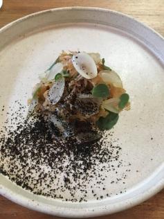 Salada de copa lombo desfiado, repolho, picles de cebola e pão queimado