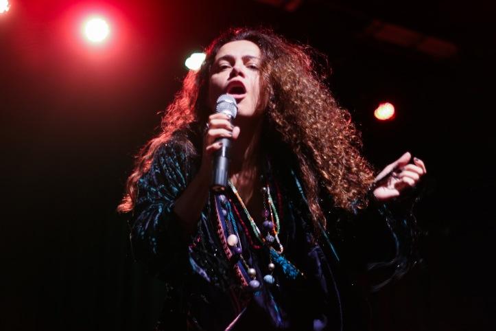 Carol Fazu 4 hor - cena monólogo musicalJanis - foto Manuela Abdala