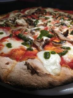 Pizza de shitake temperado e molho pesto