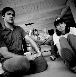 Nirvana- esquerda p a direita Krist Novoselic (baixista), Kurt Cobain (guitarrista e vocalista) e Dave Grohl (baterista, hoje líder do Foo Fighter