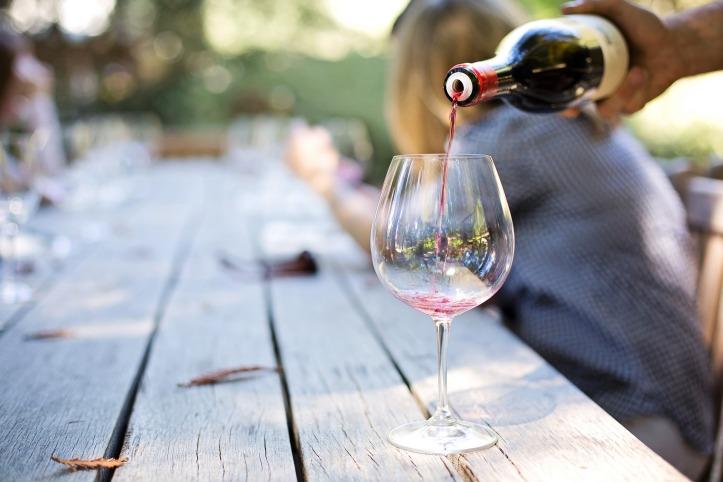 wine-pouring-wine-1952051_1920