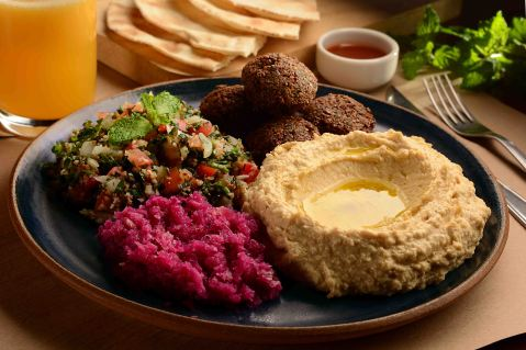 Falafel com homus, pickles de repolho roxo e tabule (Foto: Roberto Price)